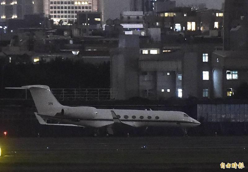 1架美國灣流五型軍用版「C-37A」專機今晚抵達台北松山機場。(記者簡榮豐攝)