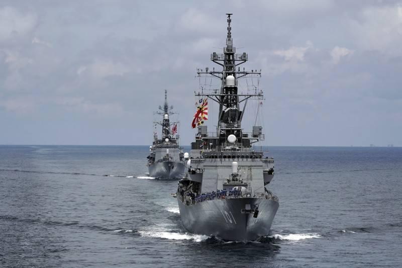 日本政府遭爆曾想派遣海自船艦駛過中國領海,藉此反制中國駛入日本領海。圖為日本村雨型護衛艦。(美聯社)