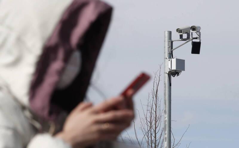 台北市孫姓女子今年7月間騎機車停紅燈時,拿出手機看有無未接來電,員警要她停車受檢,女子拒絕逕自騎車離開,被開罰1萬並吊照半年,女子提告抗罰。圖為示意圖(歐新社資料照)