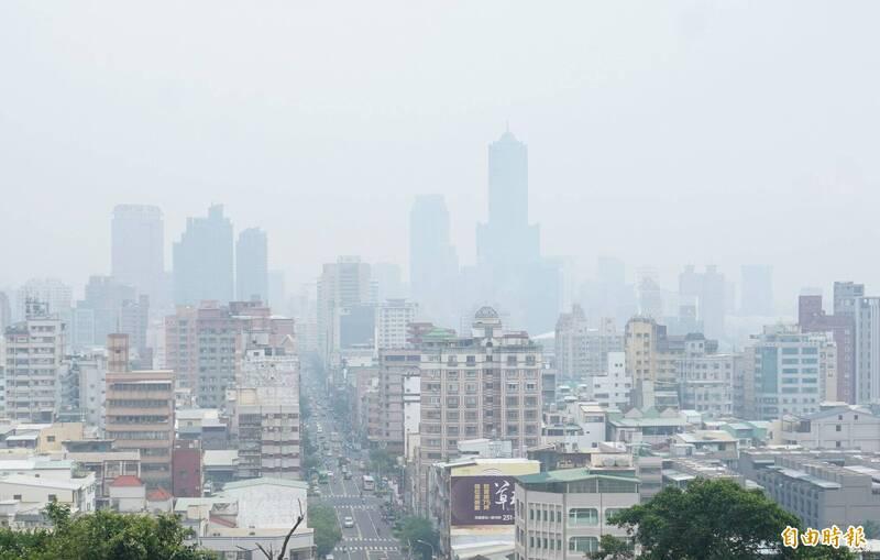 中南部地區近日空氣品質不甚理想,圖為21日遠眺高雄市區一片灰濛濛。(資料照,記者黃志源攝)