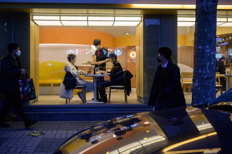 首爾地區的咖啡店將被要求僅能提供外帶和外送服務,與此同時餐廳9點後不能提供內用。(法新社)