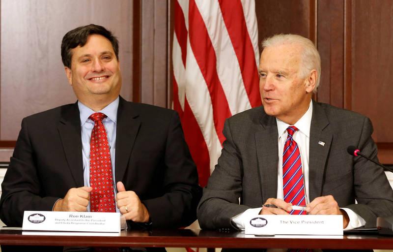 美國總統當選人拜登(右)就職後預定出任白宮幕僚長的克蘭(左)表示,拜登24日將宣布首批閣員人選。(路透)