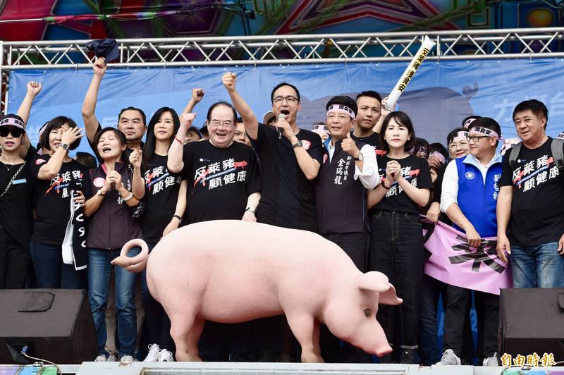 2020年秋鬥遊行22日下午在凱達格蘭大道登場,國民黨號召約2萬人集結在自由廣場,國民黨前主席朱立倫等人出席,高喊「反萊豬、反關台」等口號。(記者羅沛德攝)