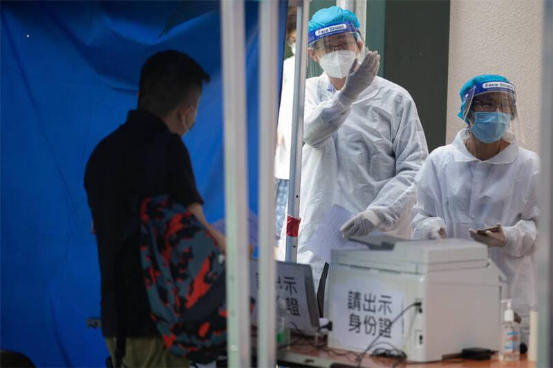 據官方通報,香港今天暴增2019冠狀病毒疾病(COVID-19,武漢肺炎)確診病例68例,創8月16日以來新高。圖為香港醫護人員。(歐新社)