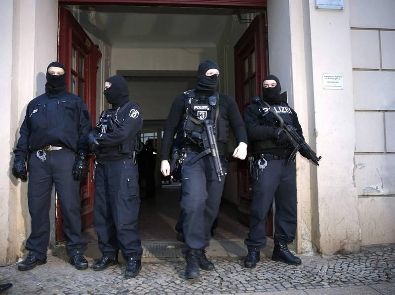 德國聯邦刑事調查局(BKA)透露,目前德國尚有124名「高危險」的極端伊斯蘭主義者在逃,另外還有151人被列入「中等危險」的名單。圖為德國警方。(路透)