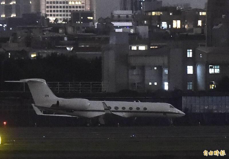 一架灣流5型美國行政專機22日傍晚降落松山機場。(記者簡榮豐攝)