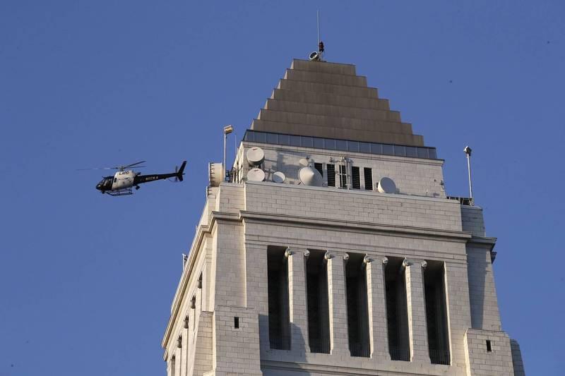 美國加州男子操控無人機看熱鬧,卻不慎與洛杉磯警察局(LAPD)直升機相撞,雖沒有造成人員傷亡但他也面臨了1年的有期徒刑,這可能是美國首起涉及無人機的刑事案件。LAPD直升機示意圖。(歐新社)