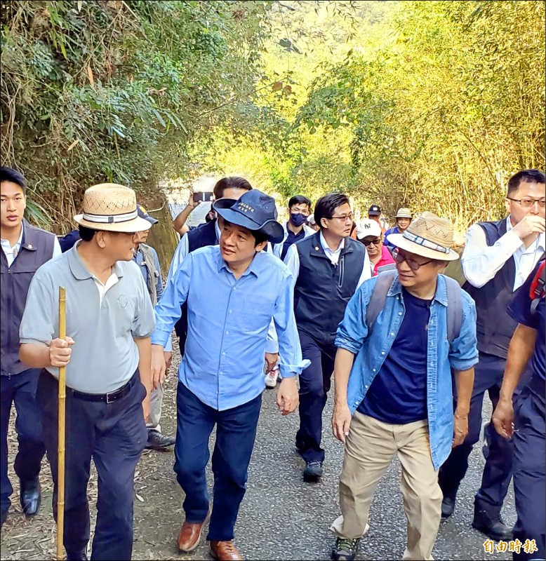 副總統賴清德(前排中)昨天走訪大湖老官道,呼籲多運動保健康。(記者蔡政珉攝)