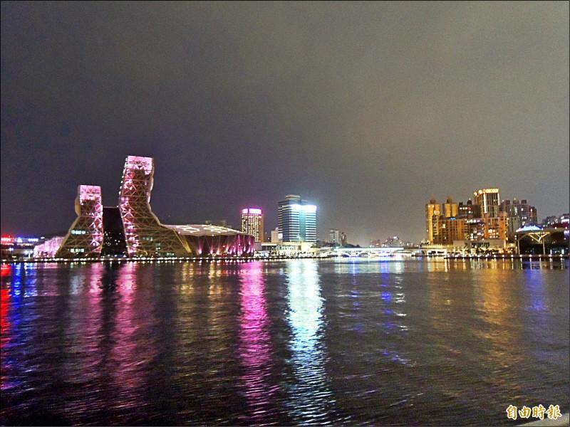 高雄市府正積極進行「點亮愛河灣」計畫。圖為愛河口夜景,左為「高流」。(記者王榮祥攝)