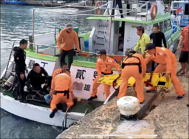 海巡人員急忙上船搶救。(記者陳彥廷翻攝)
