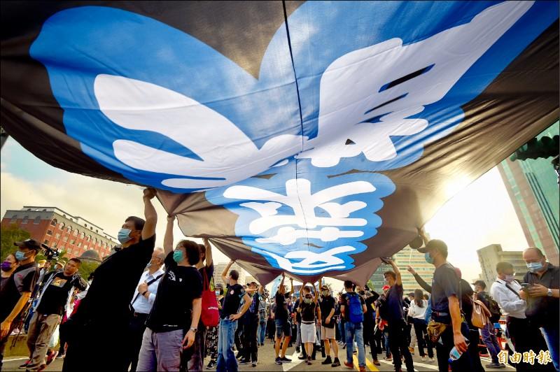 2020年秋鬥遊行22日下午從凱達格蘭大道出發,遊行至終點民進黨中央黨部,表達「反毒豬、反雙標、反黨國」等立場。 (記者羅沛德攝)