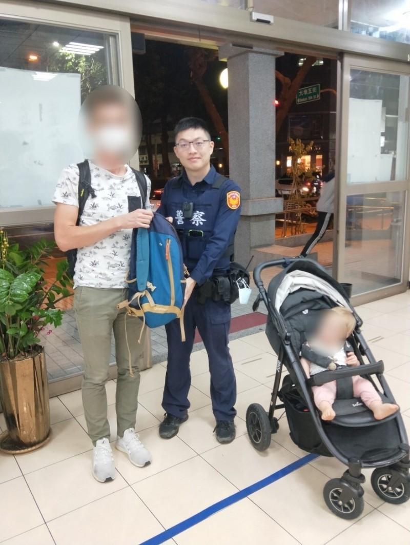 法國遊客感謝警員的協助並拍照留念。(記者許國楨翻攝)