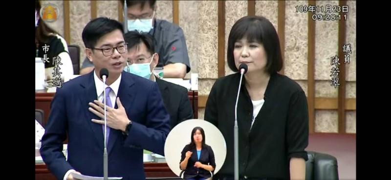 高雄市長陳其邁今答詢輕軌二階問題時,拍胸保證如果沒做好、就下台負責。(記者王榮祥翻攝)