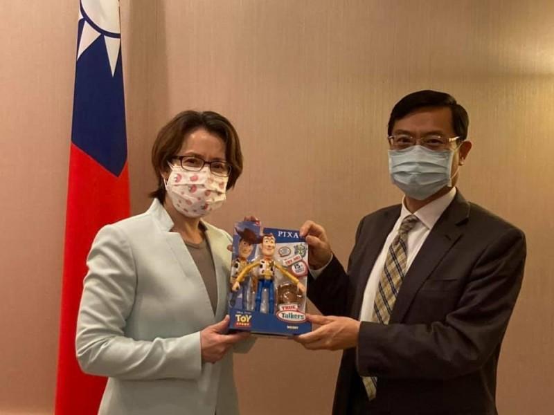 我駐美代表蕭美琴在訪團完成任務之際,送陳正祺胡迪公仔做為伴手禮,希望「讓他回台灣隔離14天期間有個同伴!」 (取自蕭美琴臉書)