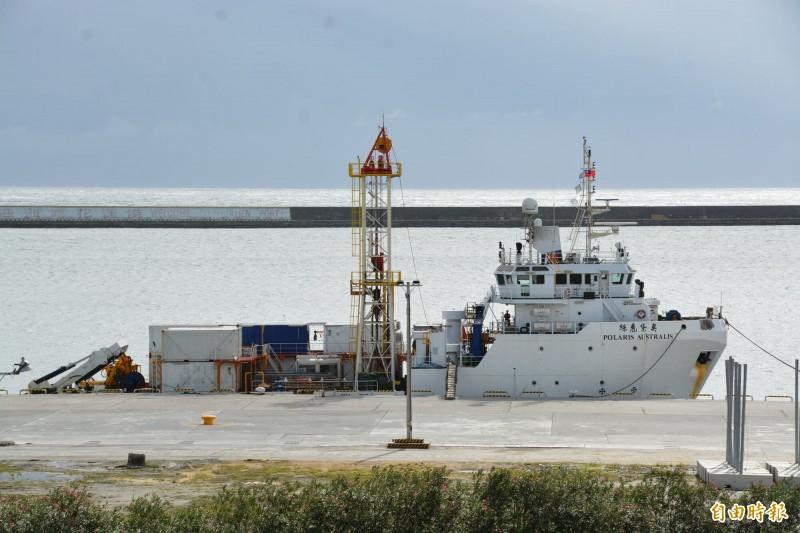針對編號「6672」失聯戰機及飛官蔣正志的最新搜救進度,因花蓮外海海象不穩及受天候因素影響,「奧黛麗絲號」海測船返回花蓮港內待命。(記者王峻祺攝)