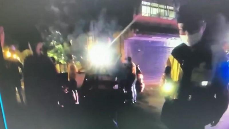 警方出動快打現場壓制4人帶回派出所偵辦。(記者姚岳宏翻攝)