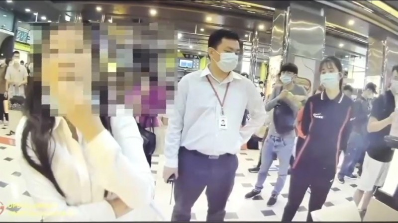 「蘇大媽」(左一)大鬧台北轉運站。(記者王冠仁翻攝)