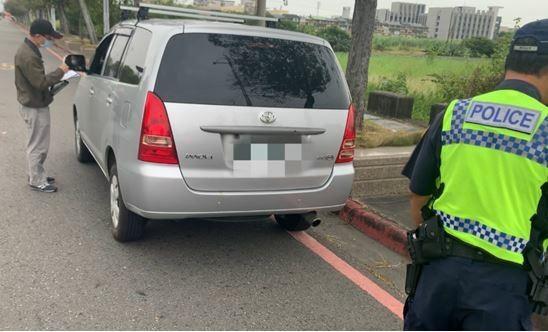 嘉義區監理所與警方在高鐵嘉義站附近查獲白牌車違規載客。(記者林宜樟翻攝)