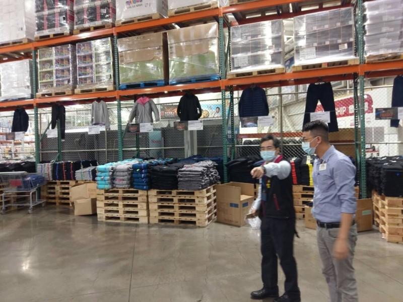 消保官表示,特價商品有明確分散陳列且標示清楚。(圖由新北市法制局提供)