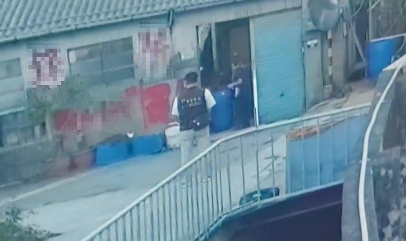 警方從徐嫌老家舊廠房抬出屍桶,徐嫌父母伴屍3年多渾然不知。(記者歐素美翻攝)