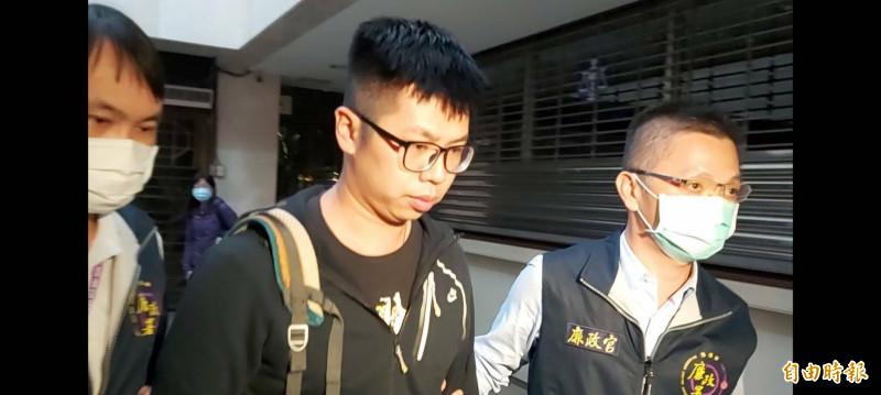 台北市消防員范峻恩(中)涉貪遭檢方聲押。(記者陳慰慈攝)