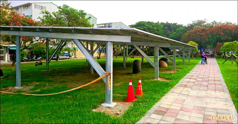 屏東市永新公園綠地蓋太陽能板種電,引發熱議。(記者李立法攝)