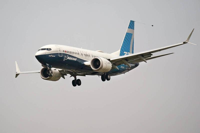 日前一架從西班牙起飛的波音737民航機,準備降落英國里茲布拉德福德機場時,2名飛行員突然看到一束亮光,接著突然閃現一個不明飛行物(UFO),與民航機只有3公尺的距離,差點就迎面相撞,讓飛行員當場嚇壞了。圖為波音737 Max飛機。(美聯社資料照)