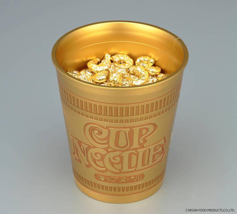 日清與萬代為了紀念「日清杯麵1:1組裝模型」的發售,又在今天推出「日清杯麵1:1模型」的「黃金紀念版」,限量50個供粉絲線上抽選。(圖擷取自萬代twitter)