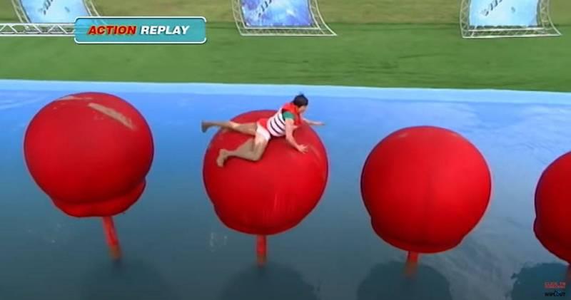 美國綜藝遊戲節目《百戰鐵人王》(Wipeout)傳來憾事,1名出演者在完成賽道後竟然當場倒地猝死。圖為《百戰鐵人王》過去的過關示意圖,與本新聞無關。(圖擷自「Wipeout」YouTube)