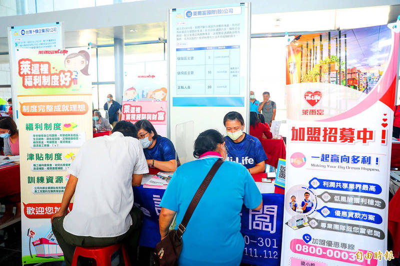 Jobseekers speak with recruiters from a convenience store chain at a job fair organized by the Taichung City Government for middle-aged and senior people in Taichung on Thursday. Photo: Tsai Shu-yuan, Taipei Times