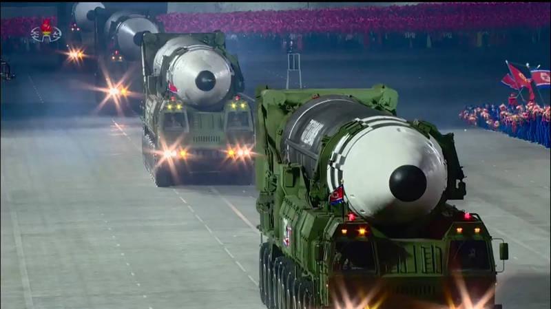 北韓今年10月的建黨75週年紀念閱兵典禮上,展示部分新型飛彈與火箭。(法新社)