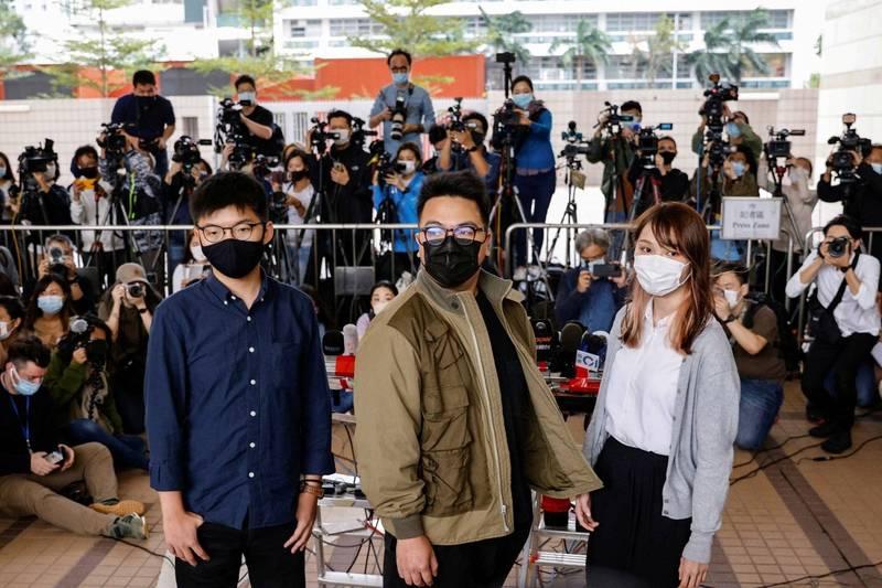 香港知名社運人士黃之鋒、周庭、林朗彥等三人因「621行動」23日接受審判。他們決定於這次審判中承認所有罪名。(路透社)
