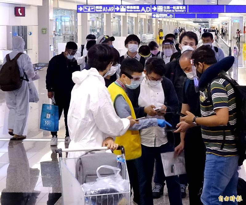 有媒體消息指出,疾管署將部分邊境防疫檢疫工作外包給某保全公司,但這些保全不僅工時長,還不能視需要更換口罩,且也沒接種流感疫苗。圖為示意圖。(資料照)