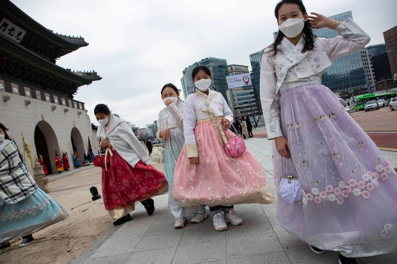 南韓首都圈防疫級別於24日起將提升至2級。圖為南韓民眾。(歐新社)