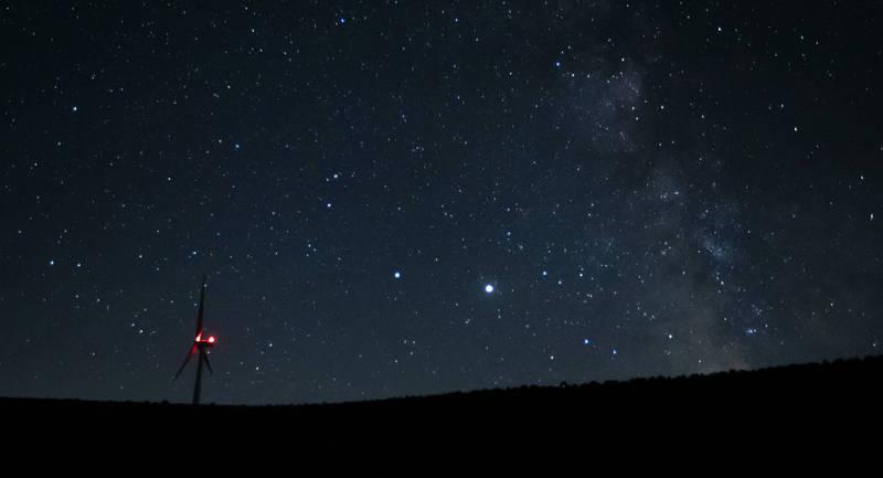 土星(中左)、木星(中右)12月21日將達到中世紀以來的最近距離。(美聯社)