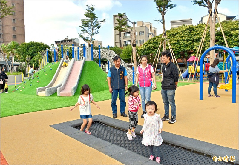 市議員謝美英(中)邀交通局會勘兒童駕駛訓練公園,研議增設照明。(記者李容萍攝)