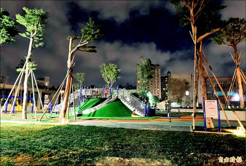 中壢文化公園的兒童駕駛訓練公園照明不足,家長擔心孩童摸黑玩太危險。(記者李容萍攝)