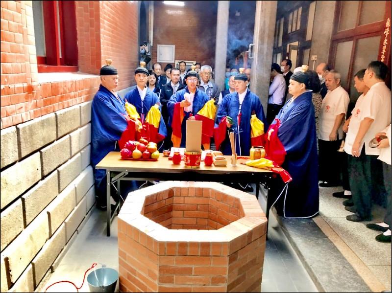 昨天祈雨法會儀式,一開始由道士帶領眾人先至大廟內的古井取水、念經。(記者魏瑾筠翻攝)