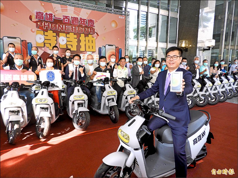 市長陳其邁昨出席振興週年慶記者會,指活動期間每2小時將抽出一支iPhone12。 (記者葛祐豪攝)