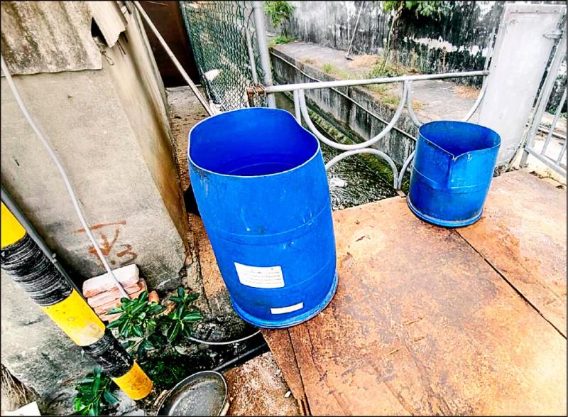 徐嫌老家歇業工廠旁還有同款的藍色廚餘桶。(記者許國楨翻攝)
