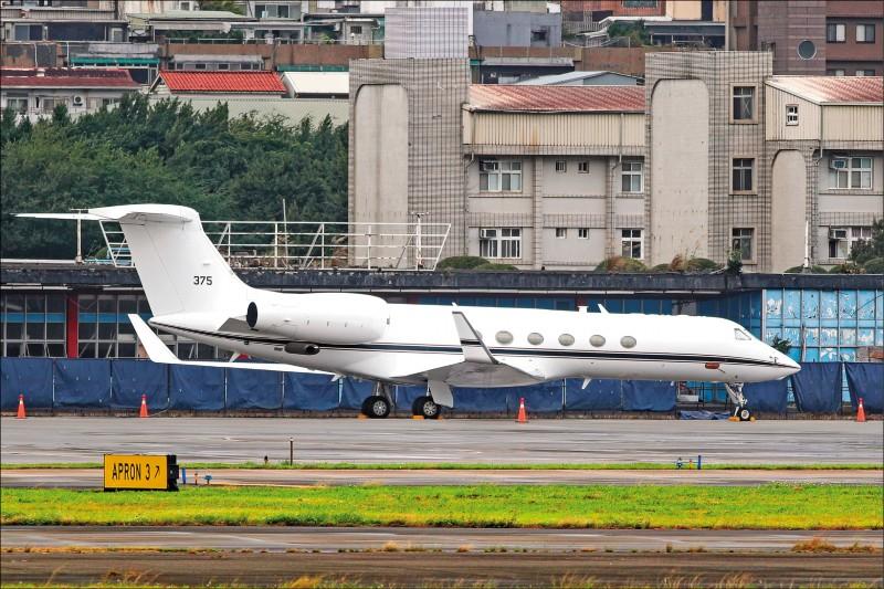 美國官員前天傍晚搭乘一架C-37行政專機降落在松山機場,傳是美軍印太司令部二星少將情報指揮官斯圖達曼(Michael Studeman)來訪,(中央社)