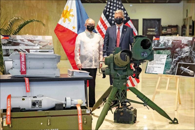 美國國家安全顧問歐布萊恩(右)廿三日訪問菲律賓,在菲國外交部與菲國外交部長陸辛(左)主持軍備移交儀式。(美聯社)