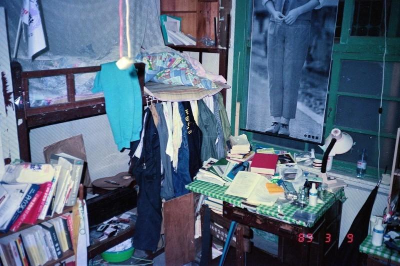 沈政男也PO出自己32年前就讀台大時的宿舍照片,雜亂程度也不遑多讓。(擷自沈政男臉書)