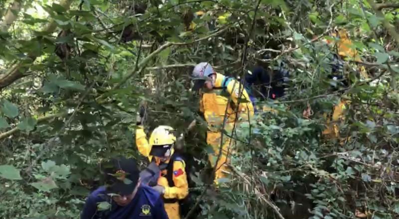 登柴山失蹤7天的中鋼通運傅主任,搜救人員於觀海崖附近尋獲。(記者黃良傑翻攝)