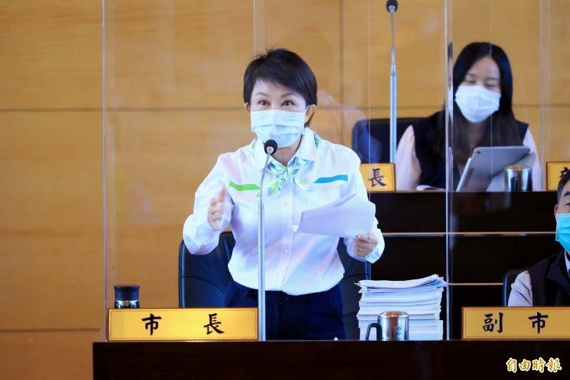台中第一條捷運綠線才歡喜試營運6天,就發生重大故障,台中市長盧秀燕在市議會總質詢時正式道歉。(記者蘇孟娟攝)