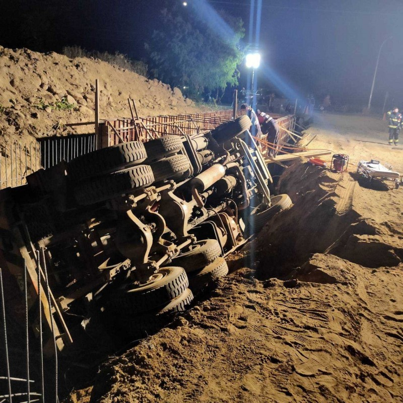 中埔鄉潭情路水泥預拌車跌落水溝,駕駛受困。(記者蔡宗勳翻攝)