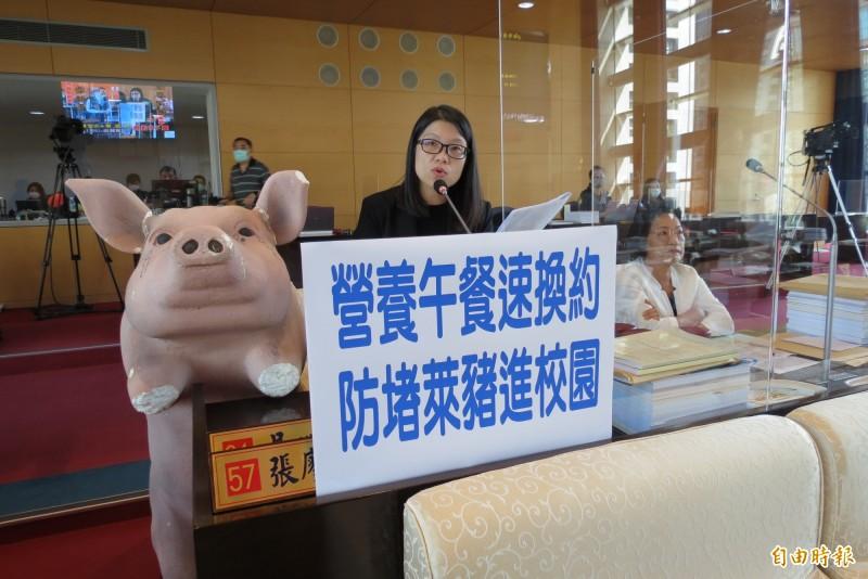 台中市議員張廖乃綸搬出道具豬,要求中市府嚴格把關萊豬進入校園。(記者蘇金鳳攝)