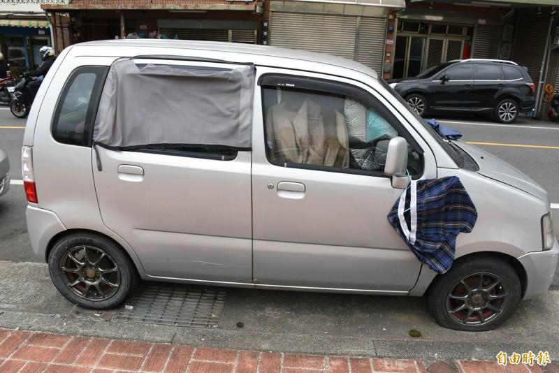 有網友爆料停靠在中壢區興仁公園旁這輛銀灰色廂型車,已經停了好幾個月且散發臭味。(記者李容萍攝)