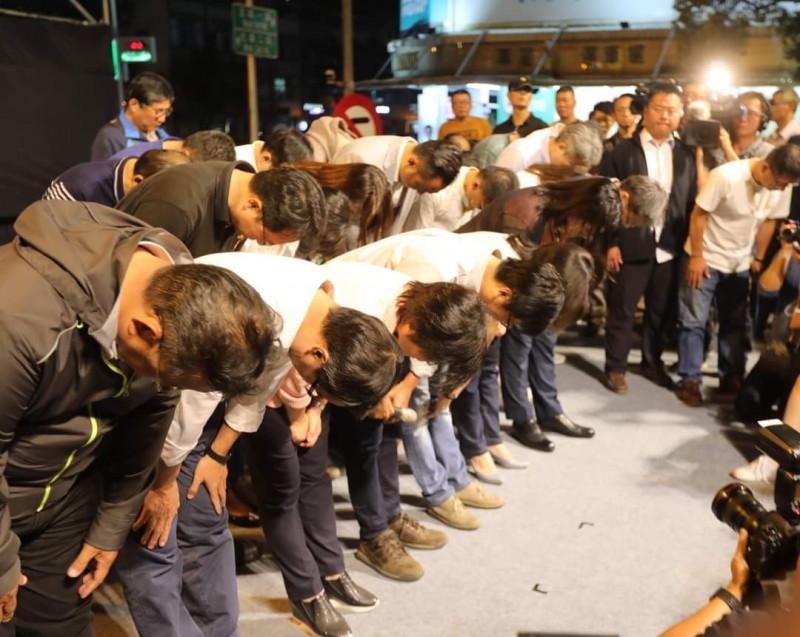 高雄市長陳其邁今晚發文回顧兩年前的11月24日,當晚開票得知高雄市長選舉敗選後,陳其邁與輔選團隊向台下支持者深深鞠躬致意。(記者王榮祥翻攝)