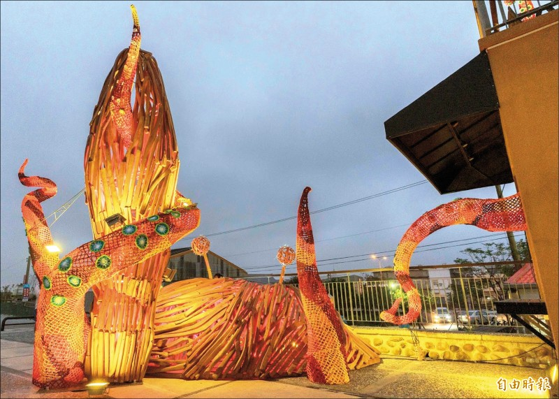 新竹市政府推動農村再生總合計畫,與藝術家林純用等團隊,利用海邊漂流木與色彩編織打造「生生不息」藝術品,呈現螃蟹與大海怪搏鬥的生命力。(記者洪美秀攝)